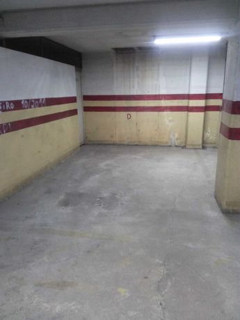 Lugar Garagem com Arrumos
