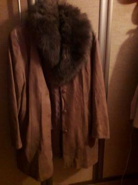 Płaszcz ocieplany z podpinko i futrzanym kołnierzem skóra