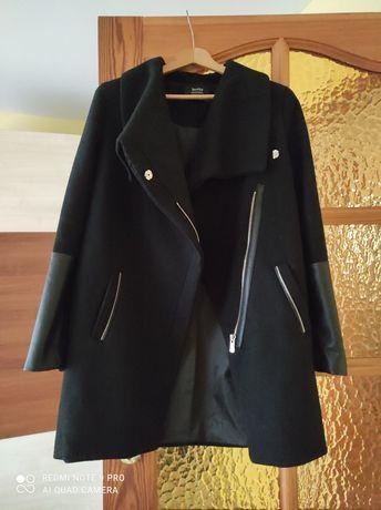 Czarny płaszcz Bershka S