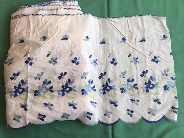 Renda lençol de cor branca com flores em tons de azul