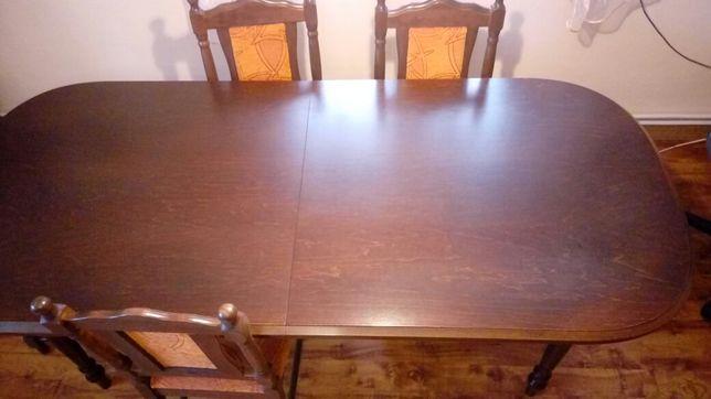 Stół z krzesłami do salonu