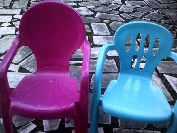 2 Cadeiras Rosa e Azul e Degrau Sapo