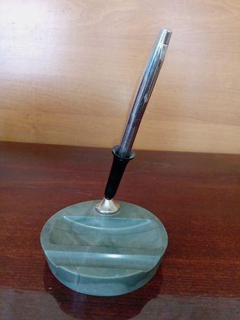 Мраморная подставка под ручку и ручка перо.