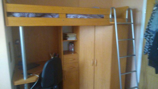 Antresola z szafą i biurkiem