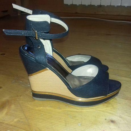 Sandalki na koturnie Vices 39