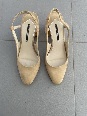 Sandálias abertas atrás