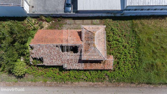 Moradia T2 para restaurar com uma área de terreno de 7294 m2 em frente