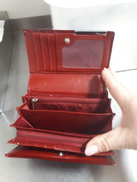 Sprzedam czerwony portfel damski