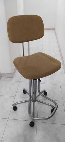 Cadeira de estirador/ mesa de luz ou secretária