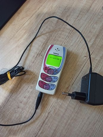 Nokia 2300 с оригинальной зарядкой