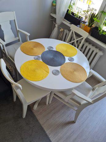 Stół z czterema kszesłami