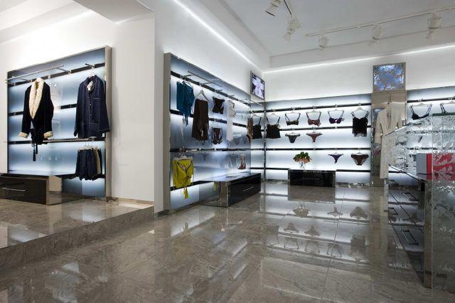Стильное торговое оборудование для магазина одежды.