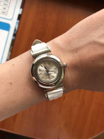 Zegarek biały pasek