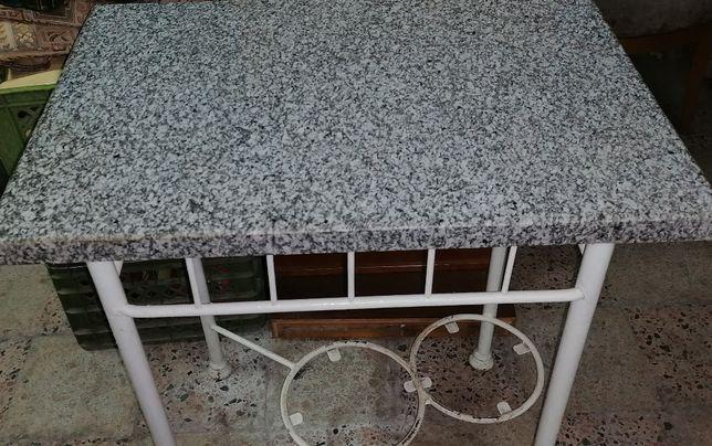 Mesa em ferro, tampo pedra granito (adaptado), muito antigo