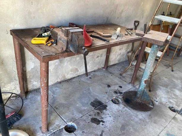 Mesa em ferro com torno