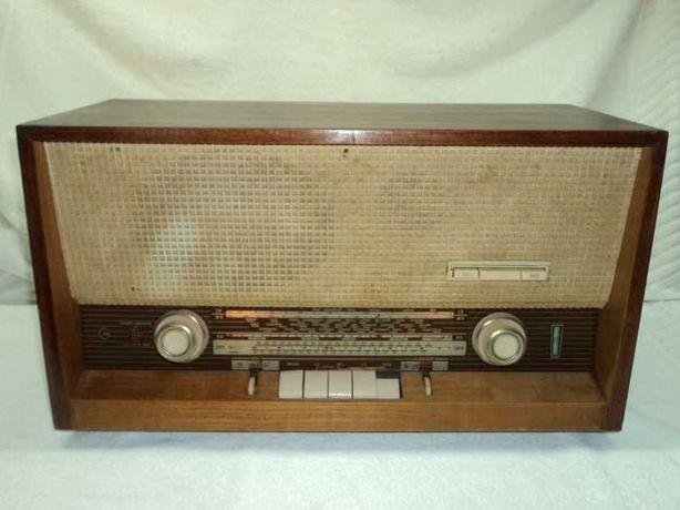 Rádio antigo Grundig a válvulas com FM a funcionar