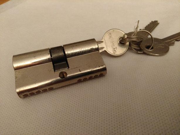 fechadura com chaves usada