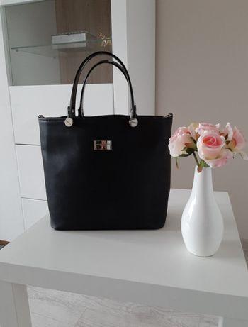 czarna elegancka torebka mieści A4