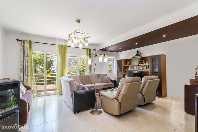 Amplo Apartamento T2 com 2 Casas de Banho e 2 Lugares de Garagem