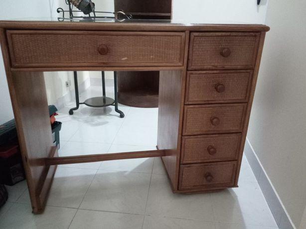 Mesa secretária em verga com tampo vidro e 6 gavetas