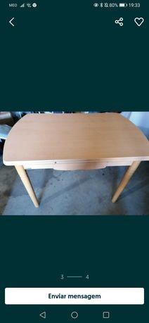 Mesa extensível de cozinha com gaveta
