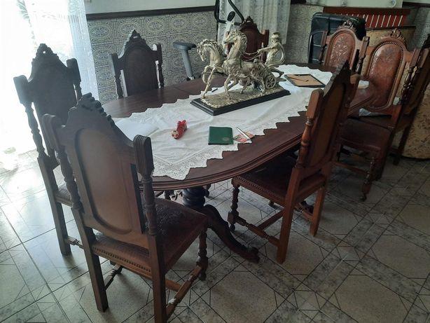 Mesa de sala com cadeiras em bom estado