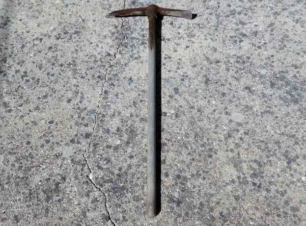 Picareta antiga com cabo em madeira