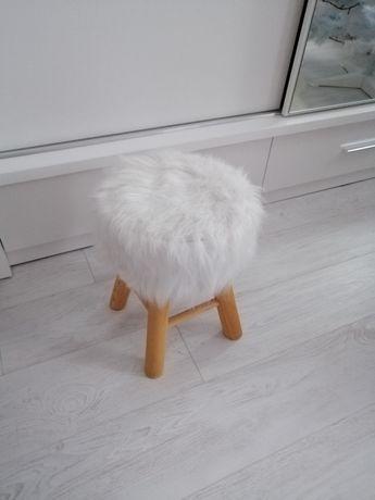 Krzesełko białe z futerkiem