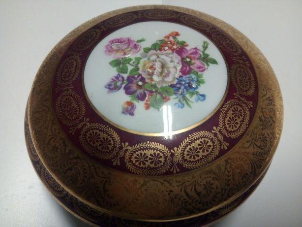 soberba antiga caixa em porcelana pintada á mão e dourada-Limoges