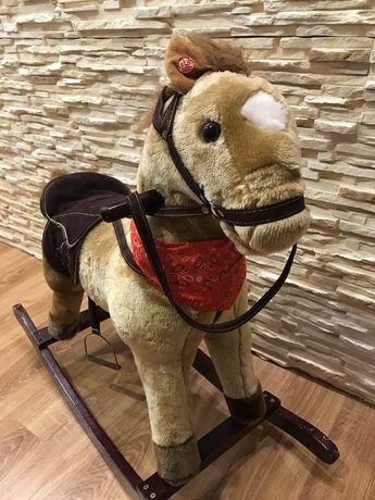 Koń na biegunach z dźwiękiem interaktywny.