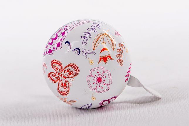 Biały dzwonek rowerowy z delikatnym motywem kwiatowym