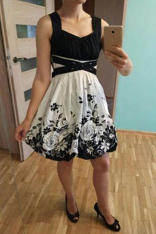 Sukienka w kwiaty firmy Xanaka