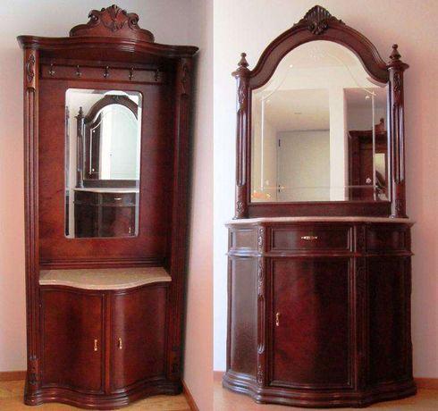 Móvel de madeira com espelho