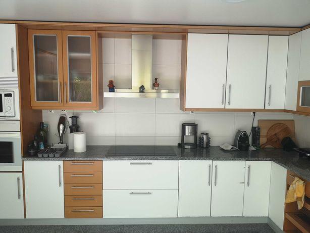 Cozinha com armários e electrodomesticos