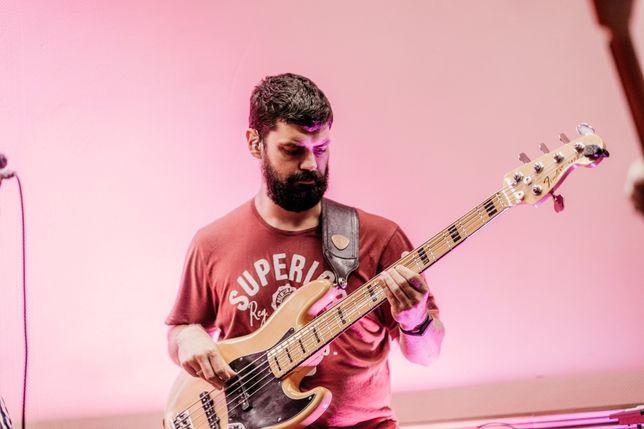 Басист, бас гитарист