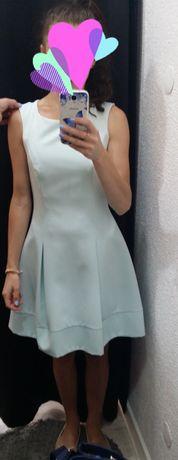Miętowa sukienka z koronkowym tyłem.