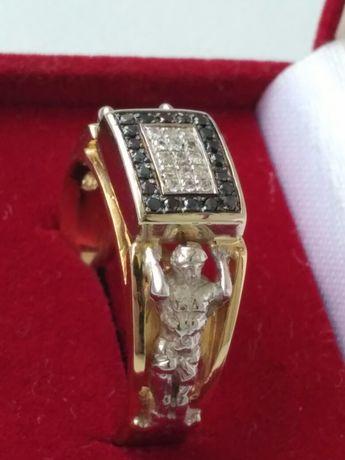 Золотое кольцо с белыми и черными бриллиантами.