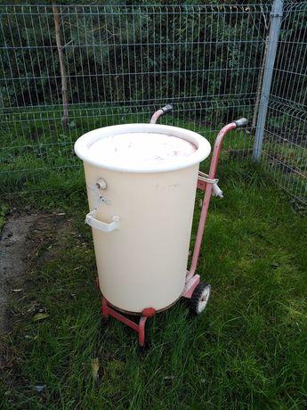 Wózek ze zbiornikiem do mieszania leków