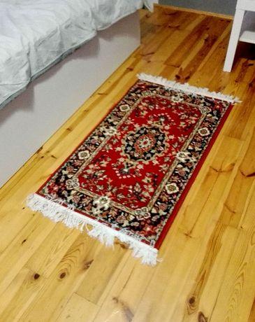 Mały orientalny dywnik z frędzlami