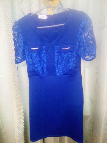 Платье с кружевнимт рукавами