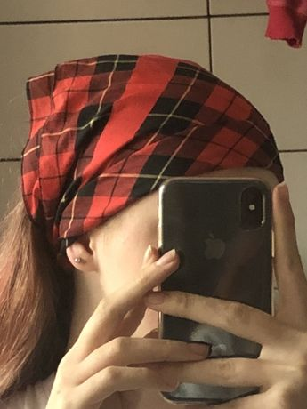 czerwona bandana w kratkę