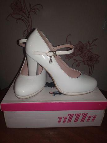 Продам туфлі білого кольору