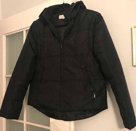 czarna kurtka z odpinanymi rękawami i kapturem