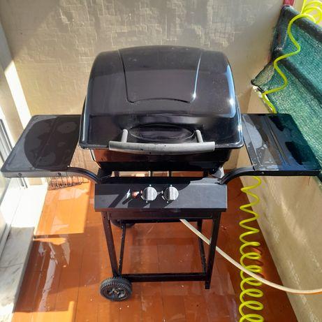 Barbecue a gás em bom estado