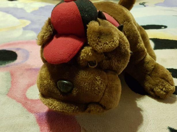 Pluszowy pies z czapką pluszak piesek