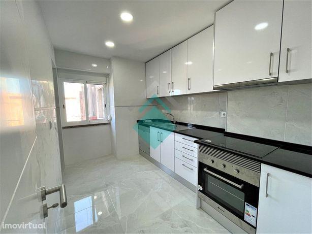 Apartamento T2 remodelado a estrear na Damaia de cima