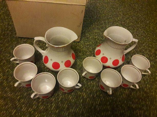 Набор кувшинов с чашками
