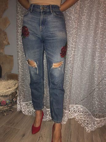 Spodnie mom jeans z motywem kwiatowym
