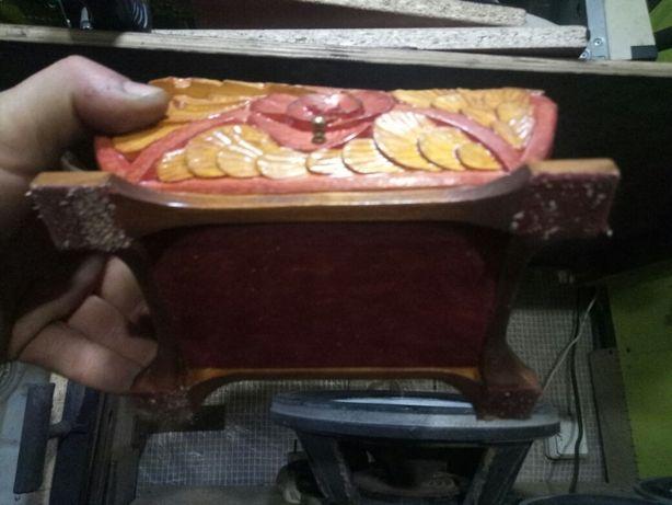 Продам шкатулку из натурального дерева резная.подарок к 8марта