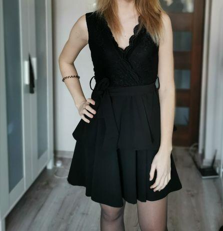 Czarna sukienka z koronką, falbankami i paskiem